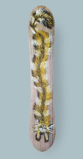 Belmondo der Kater. Hier wurde eine Edding-Zeichnung mit gelber Acryl-Grundierung auf ein handmade Splitboard von Baguette gekritzelt.