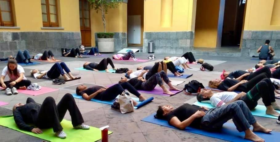 Clase de yoga en el Palacio de la Autonomía One Place