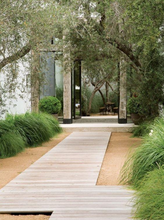 sodobni vrt lahko krasi samo pesek, lesena pot in dobro premišljena zasaditev zgolj nekaterih rastlin