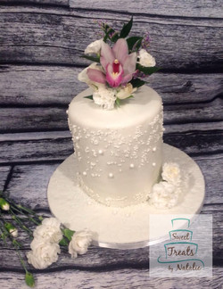 Wedding cake with bouquet