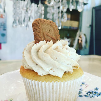 Happy Friday!! Biscoff cupcakes are BACK