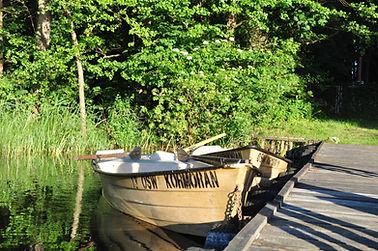 Łódki przy pomoście wkształci (przed recepcją) - jezioro Gil Wielki