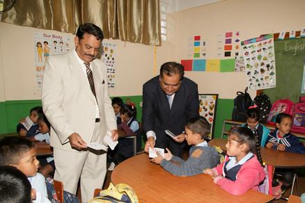 Le Managing Director de Vivo Energy Mauritius, Mr Juwaheer et le maître d'école de Mare d'Albert GS, Mr Ramjeet distribuant les dépliants aux enfants.