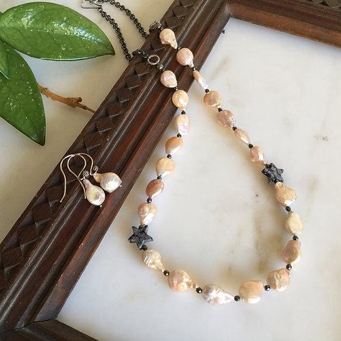 Creamy Pearls - Smykke med kremfargede perler og oksidert sølv.