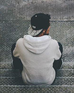 Homem sentado na escada