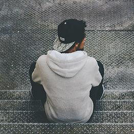 Mand sidder på trapper