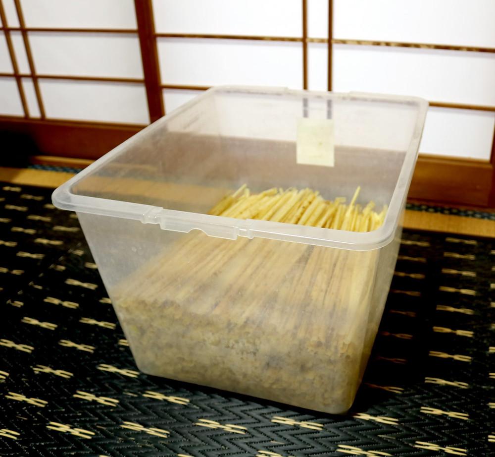 衣装ケースに貯まった竹皮