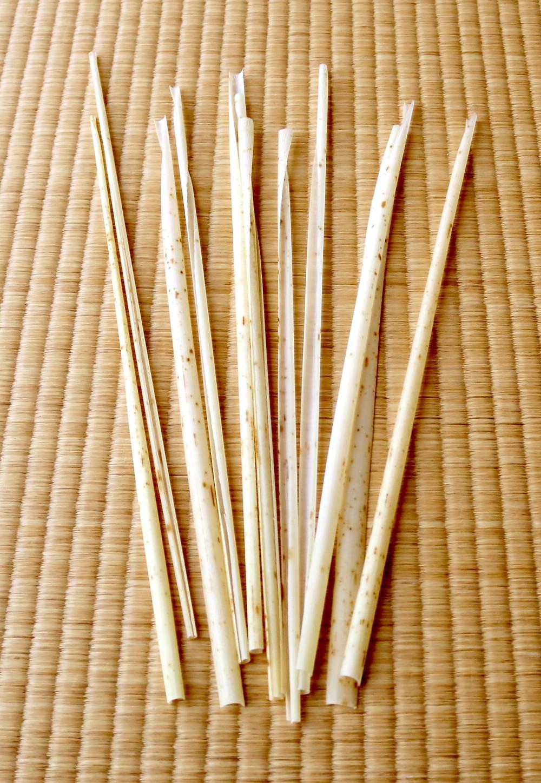 天然の竹皮を細く裂いたもの