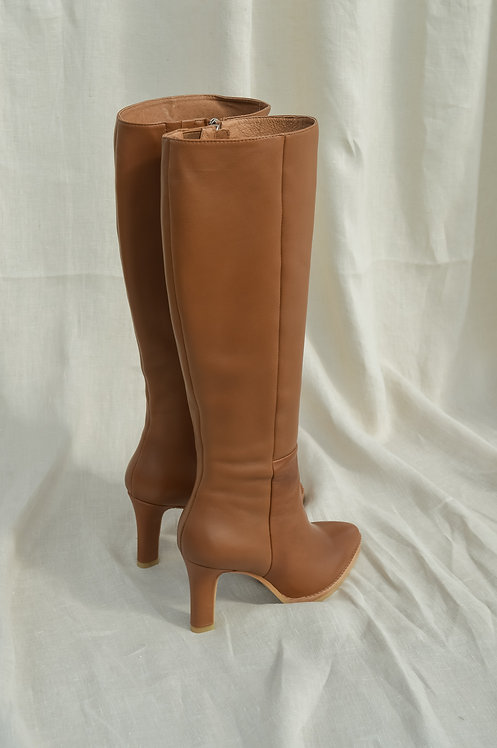 Lola Cruz camel boots