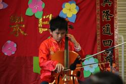 黃偉麟同學用大提琴獨奏一曲「將軍令」
