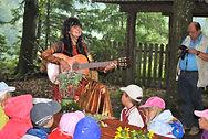 Liederhexe mit Kindern.jpg