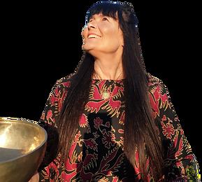 Marion Ritz-Valentin mit Klangschale schaut strahlend nach oben