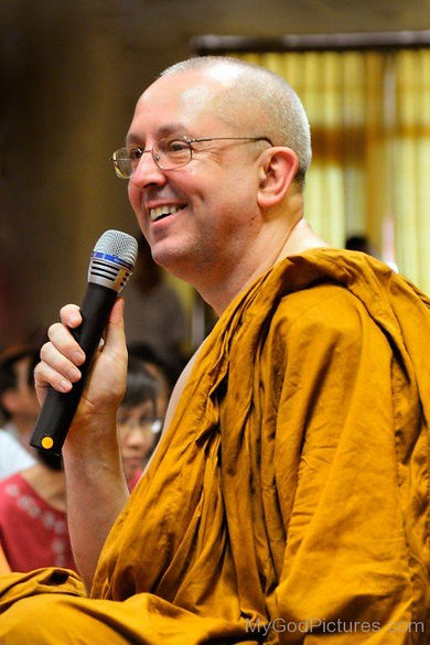 Ajahn-Brahm-On-Mic-467x700.jpg