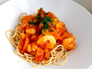 Vollkornspaghetti mit Garnelen  in Knoblauch-Tomatensauce
