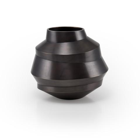 Beate Leonards Vase, Tombak, patiniert, h21cm Fotografin: Beate Leonards