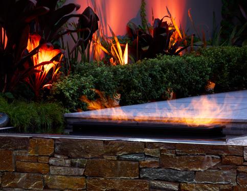 lareira de exterior como destaque nesse exclusivo jardim