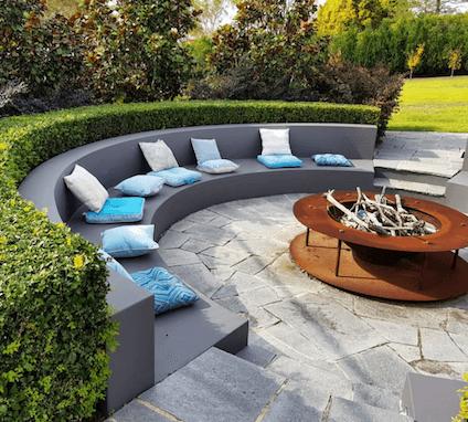 Mobiliários e lareira de exterior nesse lindo jardim