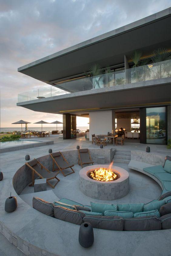 jardim residencial tem um paisagismo moderno e de qualidade com uma lareira