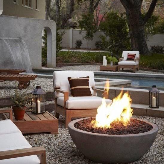 lareira e moveis de exterior compõem um belo paisagismo residencial
