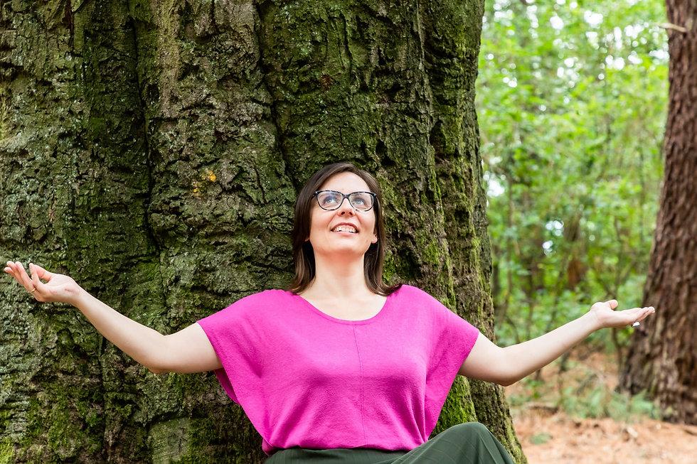 Tinne met open armen bij de boom