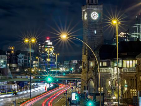 Leuchtspuren an den Landungsbrücken