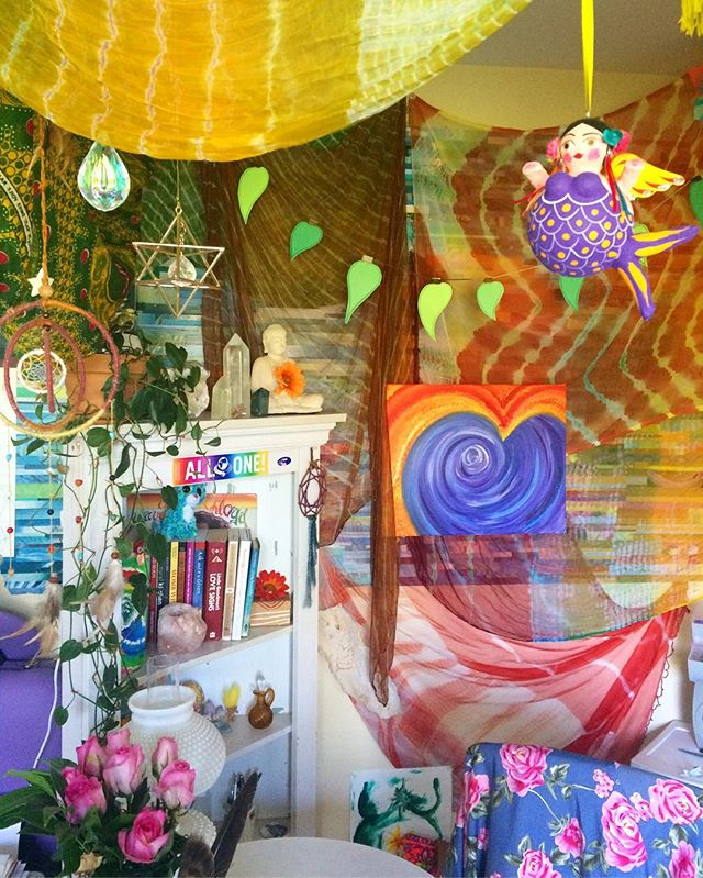 Welcome to my new workspace dreamland 🙏🏼🌈✨ #rainbowworshipper #scenesfrommyaltar #createyourlife