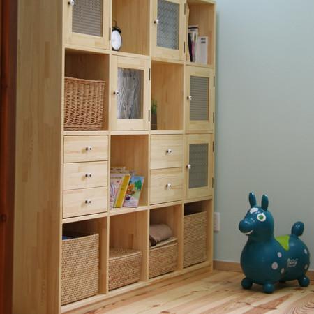 キッズ収納(オーダー家具・壁:クレイペイント、床:ボルドーパイン、ドア:オーク材オーダー引き戸)