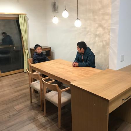 オーダーカウンターと木のテーブル・照明・オリジナル木のカーテンレール・自然素材カーテン
