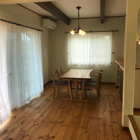 リネンのカーテンと木のテーブル(家具・カーテン・窓周り・照明施工)