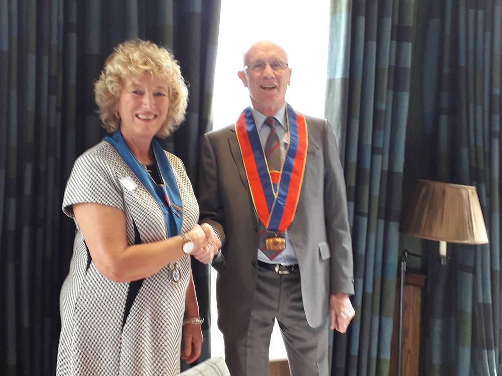 Londres, le 13 avril 2019. Geoffrey Wheal transmet son insigne de Grand Commandeur à Félicity Bellamy, en présence de Laure Pertus, Grand Maître de l'Ordre et de Véronique Jérosme, Déléguée britannique de la Confrérie.