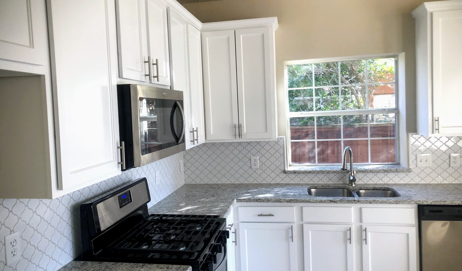 Dallas Light Granite with White Shaker Cabinets