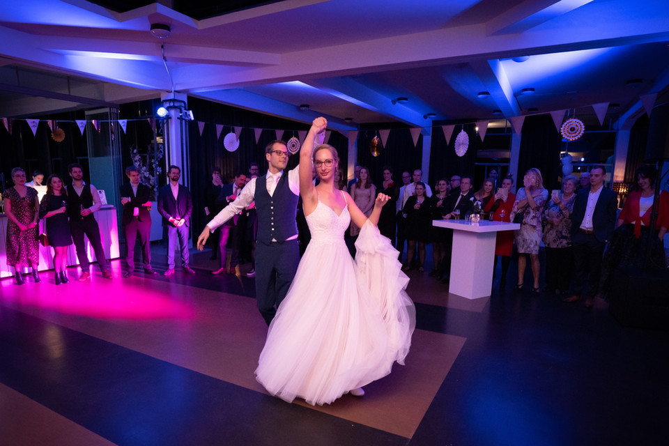 Bruidspaar tijdens openingsdans