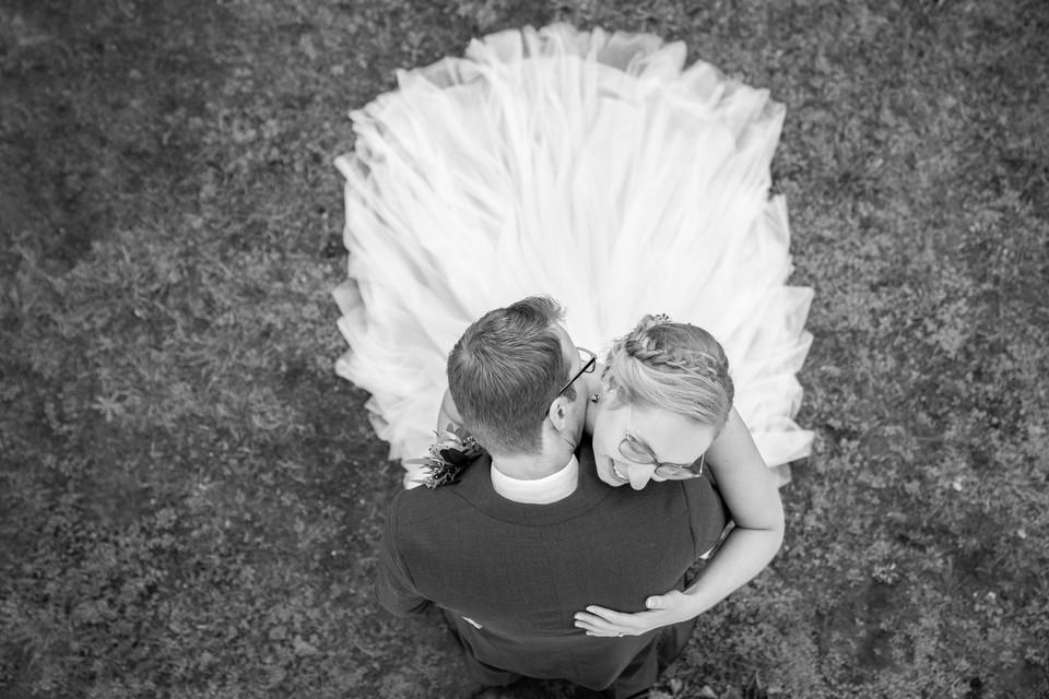 Bruidspaar in omhelsing