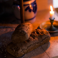 Du kan lett skape nydelig stemning i rommet. ---  Fresh baked bread and cozy light in the evenings.