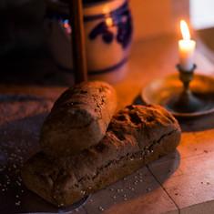Du kan lett skape nydelig stemning i rommet. ---  Fresh baked bread and cozy light in the evenings.