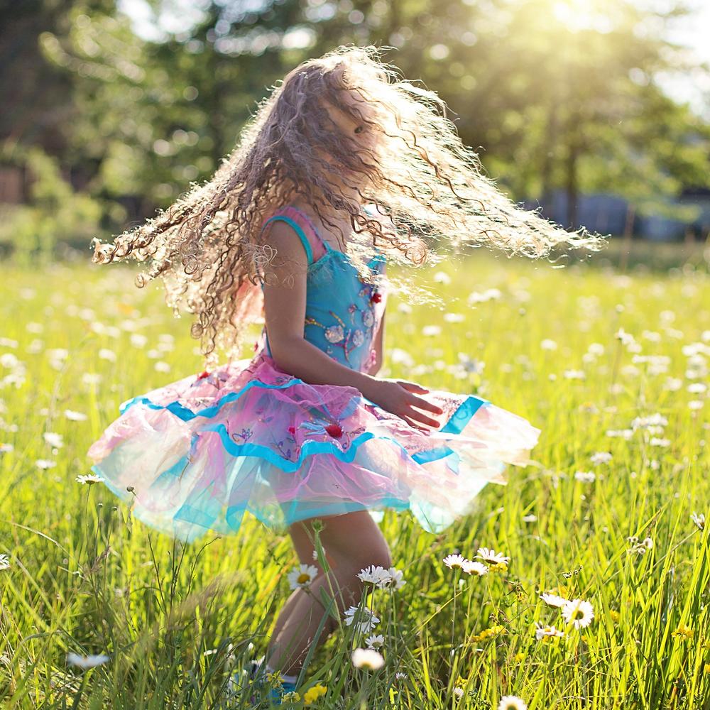 Niña bailando, baile Infantil, beneficios del baile en niños, actividades artísticas para niños