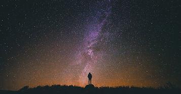 Psychothérapie humaniste existentielle tours homme debout contemple etoiles et voie lactée