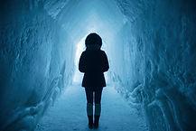 thérapie existentielle tours femme de dos dans couloir de glace