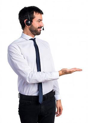 jovem-com-fone-de-ouvido-apresentando-al