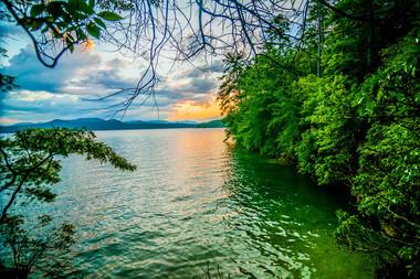 LakeJocassee_iStock-180726396.jpg