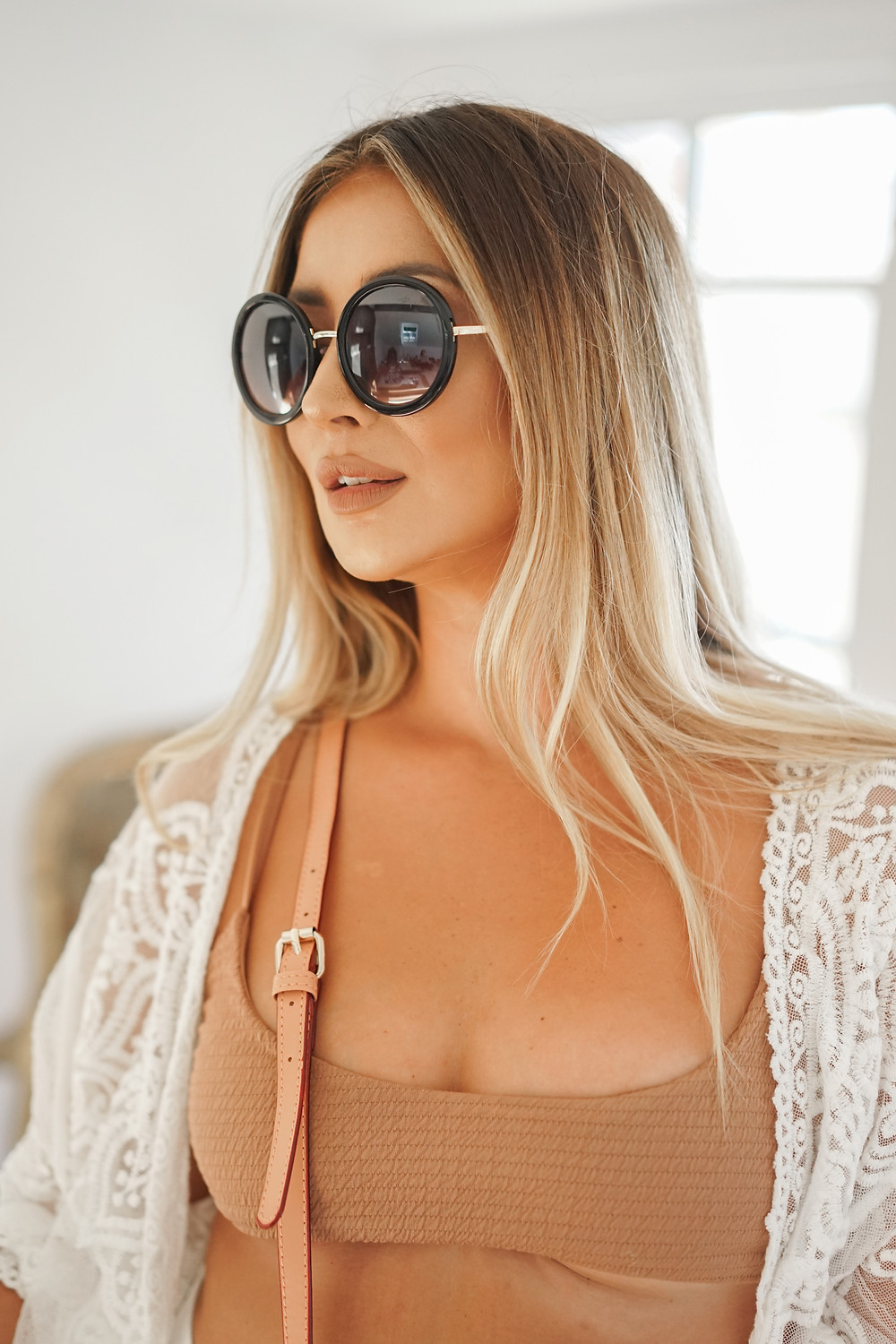 Woman wearing round Sunglasses