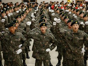 В Южной Корее недовольные молодые мужчины призывают к гендерному равенству при призыве в армию