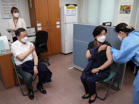 Президент и Первая леди Южной Кореи получили укол вакцины AstraZeneca, чтобы принять участие в G-7