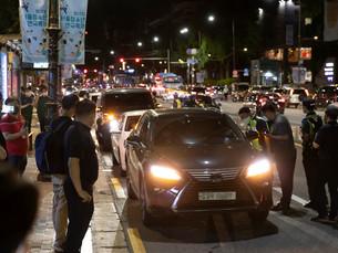В Южной Корее сотни торговцев проводят ночную акцию протеста против ограничений COVID-19