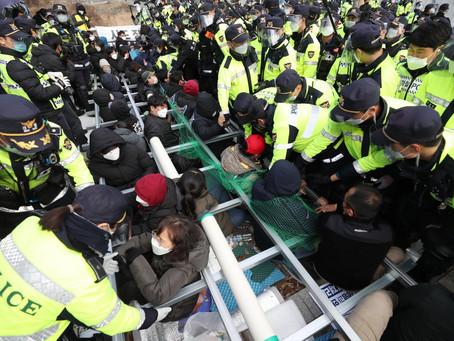 Протестующие задерживают поставки строительных материалов на базу THAAD в Сонджу