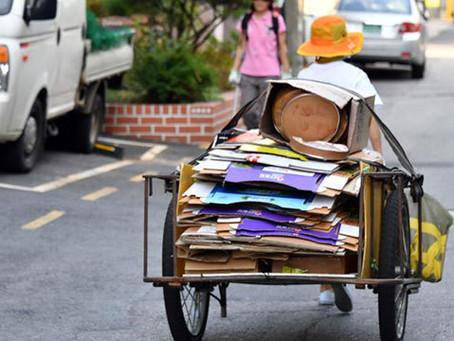 Почему пожилые люди собирают картон в Сеуле?