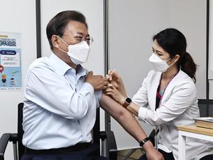 Президент Южной Кореи вместе с первой леди получили бустерный укол от COVID-19