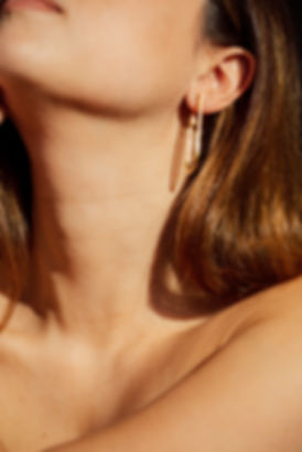 Arco-Detail Drop Curve Earring_Model 05.