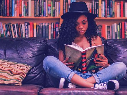 mulher-lendo-sentada-no-sofa.jpg
