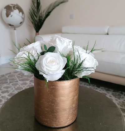 Arrangement of 7 XL preserved roses with vase
